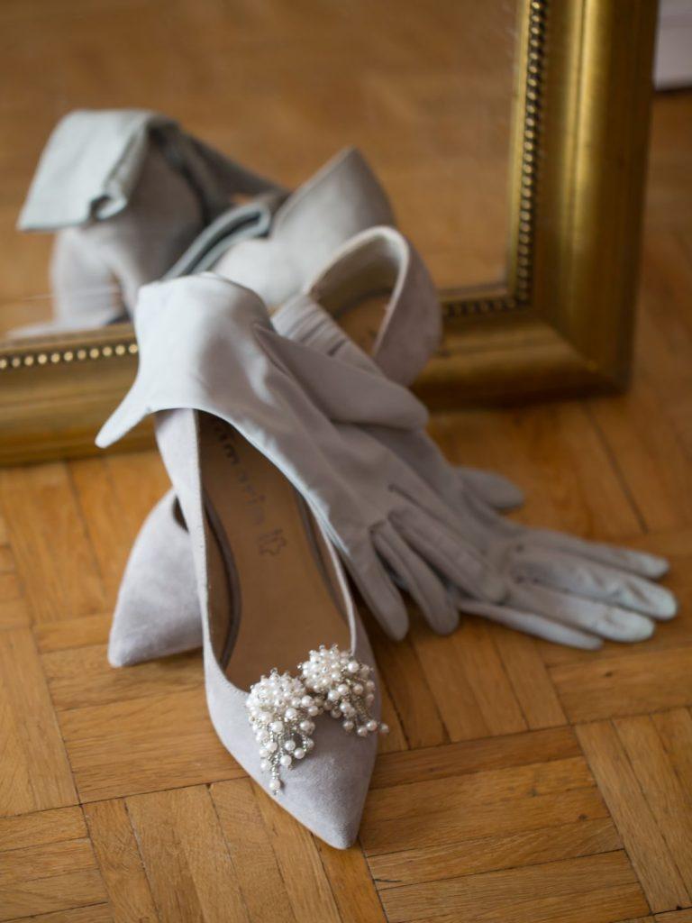 Hochzeitsschuhe mit Handschuhen und Ohrringen
