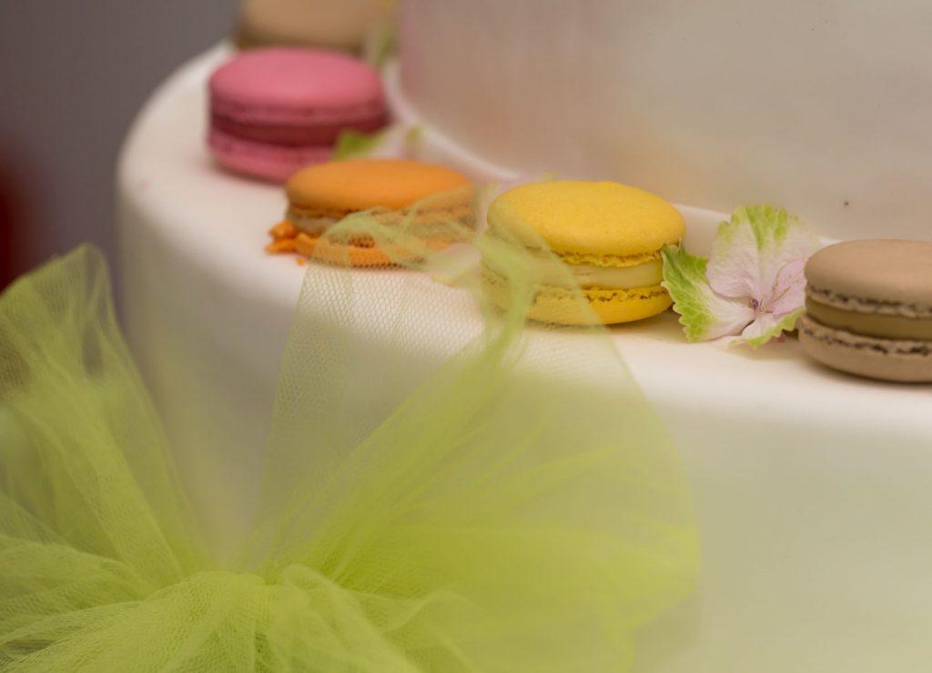 Kuchen, mit weißem Fondant überzogen und gekrönt mit französischen Macaron © Ulrike Schwägerl - https://www.fotomomente-schwaegerl.de/